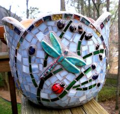 Mosaic Flower Pot with Dragonfly Mosaic Planters, Mosaic Vase, Mosaic Flower Pots, Mosaic Garden, Glass Garden, Mosaic Crafts, Mosaic Projects, Mosaic Ideas, Mosaic Bottles