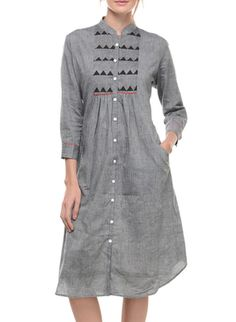 This is a Grey Mangalgiri Tunic With Yoke with a front pocket featuring a red detailing. The tunic features a Collar across the front neck with button closure and has elbow length sleeves. Salwar Designs, Kurta Designs Women, Blouse Designs, Cotton Tunics, Cotton Dresses, Look Fashion, Indian Fashion, Khadi Kurta, Punjabi Dress
