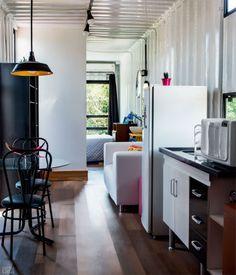 Pequenos elementos também ajudam a aquecer o ambiente, como o rodapé instalado na parede externa do banheiro, o pufe rosa e as almofadas coloridas sobre o sofá (modelo Hit 2 Lugares, 1,35 x 0,68 x 0,70 m*, Tok Stok, R$ 595). Os acessórios foram confeccionados em crochê pela mãe da moradora. Para pintar as paredes internas, a opção foi novamente pelo esmalte branco, só que com acabamento brilhante. Projeto de Carla Dadazio.