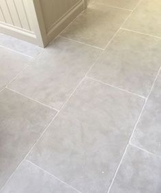Paris Grey tumbled limestone kitchen floor tiles. Light grey tones with aged edge, this stone can be installed with underfloorheating systems.  http://www.naturalstoneconsulting.co.uk/limestone-paris-grey-limestone