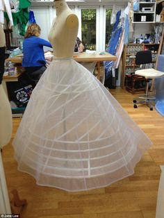 Frilling: The petticoat had flounced frillsat the hem, with a second three-layeredorganza petticoat placed over the top