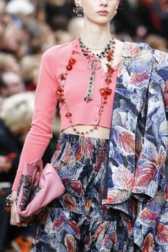 The complete Chanel Fall 2018 Ready-to-Wear fashion show now on Vogue Runway. ☼ ஜℓvஜ ✨❁⊰ FR Mar 2018 ⊱⛩☮️☸️ॐ⛩✨❁↠ ஜℓvஜ ☼ Style Haute Couture, Couture Fashion, Runway Fashion, High Fashion, Fashion Show, Womens Fashion, Fashion Trends, Vogue, Style Chic Parisien
