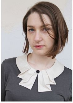 Bubi Kragen in weiss mit Falten Knopf White collar whit covered knob and pleated detail Neckline Designs, Dress Neck Designs, Kurti Neck Designs, Collar Designs, Blouse Designs, Sewing Collars, Stitching Dresses, Hijab Style, Moda Chic