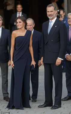 Letizia wows in navy gown as she joins King Felipe at the opera Queen Letizia of Spain looked stunning in a navy asymmetric gown as she joined husband Kin.Queen Letizia of Spain looked stunning in a navy asymmetric gown as she joined husband Kin. Elegant Dresses, Women's Dresses, Nice Dresses, Fashion Dresses, Formal Dresses, Wedding Dresses, Wedding Outfits, Wedding Bride, Royal Fashion