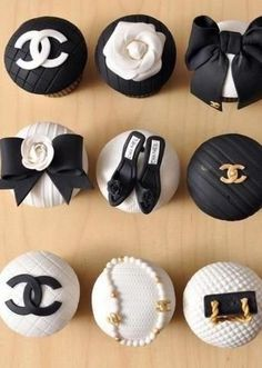 Cupcakes Chanel, Chanel Cake, Chanel Cookies, Fondant Cupcakes, Cupcake Cookies, Cupcake Toppers, Chanel Birthday Party, Chanel Party, Bolo Channel