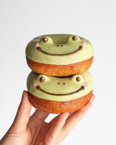 New Recipe! So we love the trendy froggy cakes but how do we feel about MATCHA FROGGY DONUTS?🐸🍩 They're so fluffy and covered in matcha white chocolate. I used smarties chocolate candy for the eyes but almonds work too👀 Inspired by @oracle_bakery and Japanese animal donuts . Did y'all know that there's a japanese powder product that you sprinkle onto your frying oil and it turns into a block? you literally just chuck it into the trash afterwards😂😂🗑 Buy this product for me Cute Desserts, Delicious Desserts, Dessert Recipes, Yummy Food, Pretty Cakes, Cute Cakes, Sour Cream Pound Cake, Frog Cakes, Cute Baking