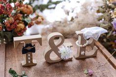 ご覧頂きありがとうございます大人気のオーダーメイドイニシャルオブジェ 前撮りから結婚式のウェルカムスペース、お二人と共に高砂に飾ったり、使い方は様々です。結婚が決まった方へのギフトとしてもご好評頂いております♡厳選した素材で作製した手作りパーツと、&にお花をあしらったデザインです。世界に1つだけのお二人オリジナルイニシャルオブジェ、いかがでしょうか(*´˘`*)⚪素材   オブジェ:MDF  花:布製の造花 ※写真だと確認しにくいですが、新婦様のイニシャルには、ベールをお付けします⚪サイズ   1文字 約横9×縦9×厚さ2㎝⚪アルファベット  A~Zでご指定下さい    (※3文字以上または数字も可能。 追加 1個500円)⚪リボンの色1. ゴールド  2.ブルー  3. ピンク  4.パールピンク 5.パープル  6.ホワイト⚪お花の色a.ホワイト  b.イエロー  c.ピンク(※お花の質感やお色味は写真と若干変わる場合があります。ご了承下さい)⚪購入時に備考欄にご記入お願いします①ご希望のイニシャル(男性&女性)②男性のひげorめがね…