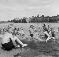 Børn bader i Søerne i sommervarmen, 1955. Herlige billeder: Sol og sommer i gamle dage i København - Byliv   www.aok.dk