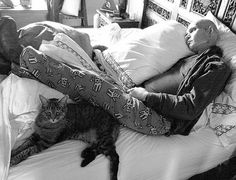 Cats are amazing at comforting the sick & dying. Here is the late Patrick Swayze lounging with one of his felines before he passed away.