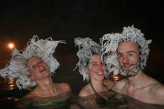 Le « Hair Freezing Contest » est un concours organisé par le spa Takhini Hot Pools dans le Yukon, au Canada, qui profite des températures extrêmes pour créer des coiffures délirantes.