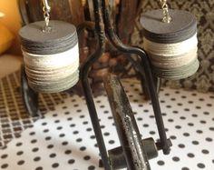 Trendy paper disk earrings made with cardboards disk in a shadow af grey...  Guarda gli oggetti unici di YouFeelGoodToday su Etsy, un mercato globale del fatto a mano, del vintage e degli articoli creativi.