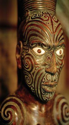 Maori Teko Teko Sculpture with facial tattoos Arte Tribal, Tribal Art, Maori Face Tattoo, Maori Tattoos, Mask Tattoo, Maori Patterns, New Zealand Image, Polynesian Art, Polynesian Culture