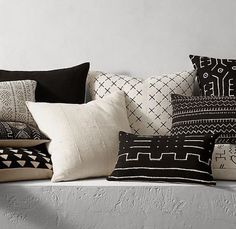 Style your room in budget using Mud Cloth Throw Pillows. You can easily go for ethnic and trendy Interiors with mud cloth throw pillows. African Interior, African Home Decor, Black And White Pillows, Decoration Christmas, African Mud Cloth, White Decor, Pillow Design, Decorative Pillows, Pillow Covers