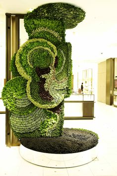 Flower artist Makoto Azuma's Art of Plants installation in Japan's Isetan Department store takes a greener perspective to the art of consumerism with plant artwork. Art Floral, Floral Design, Sogetsu Ikebana, Instalation Art, Flower Artists, Art Of Living, Living Walls, Japanese Artists, Retail Design