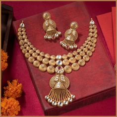 AB Jewels has come up with a collection of exquisite, distinct antique gold necklace sets featuring neat, well-assorted gemstones and polki accents. The line basically introduces some traditional silhouettes and makes them work with a consistent rustic tonality that makes it pairable with almost any bridal memo, be it pastels or something fancier. #abjewels #ahemdabad #bridaljewellery #antiquejewelry #gemstones #goldjewellery #polkijewellery #gemstonesjewelry #bridalsetjewellery  Indian Gold Necklace Designs, Antique Jewellery Designs, Gold Ring Designs, Face Jewellery, Gold Jewellery, Bridal Jewelry, Gold Costume Jewelry, Gold Set, Pastels
