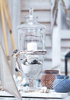 Kleiner Tipp: Einfach ein wenig Deko-Sand, ein paar Muscheln und eine Kerze in die Glasglocke - das Ganze mit einer Kordel aufhübschen und schon hast Du eine maritime Tischdekoration kreiert! #maritim