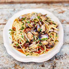 Het geheim van een goede spaghetti vongole is dat je alle ingrediënten van tevorenklaarzet, omdat het gerecht letterlijk binnen een paar minuten gemaakt is. We willenprecies goed gekookte pasta en perfect gekruide, net geopende schelpjes –...