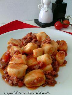 Giovedì? Gnocchi! E se sono come questi Gnocchi alla ricotta con sugo di salsiccia, meglio ;) #gnocchi #ricotta #salsiccia http://www.ipasticciditerry.com/gnocchi-di-ricotta-con-sugo-di-salsiccia/