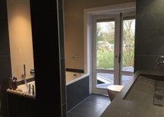 Badkamer van Ennovy keukens en badkamer met gestuukte muren tegels 60x60 in bluestone Nero