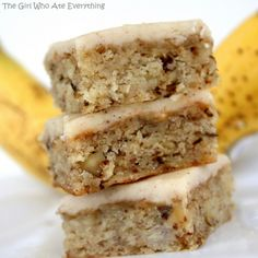 Monkey Squares - Banana cake bars with browned butter icing Cake Bars, Dessert Bars, Banana Dessert, Köstliche Desserts, Delicious Desserts, Dessert Recipes, Yummy Food, Dessert Healthy, Bar Recipes
