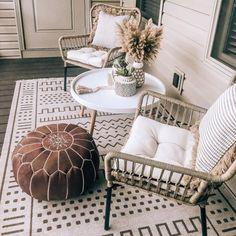 Resin Patio Furniture, Backyard Furniture, Outdoor Furniture, Sunroom Furniture, Furniture Design, City Apartment, Apartment Patios, Ideas Terraza, Small Balcony Decor