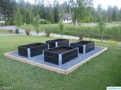 Nice with: black pallet collars and pebbles around, framed (solid with black board), for the kids to plant various. Offside, so hidden so possible ! Veg Garden, Vegetable Garden Design, Garden Boxes, Garden Planters, Outdoor Garden Bench, Outdoor Gardens, Plantation, Raised Garden Beds, Garden Planning