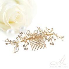 Romantikus stílusú, nagyon szép menyasszonyi hajfésű gyöngyökkel és kristályokkal díszítve. Könnyen esküvői frizurádhoz igazíthatod a hajlékony drótok segítségével. A fésű nikkelmentes fémből készült, rozé arany bevonattal, nem okoz allergiát.