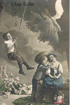 花の咲き乱れる庭で遊ぶ少年少女を見守る守護天使のポストカード。モノクロの写真にほのかな色付けが施された幻想的な雰囲気です。キャロリーヌへバカンスのお礼を綴ったカードです。フランスの蚤の市でセレクトしま…