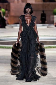 Fendi Fall 2019 Couture Fashion Show - Vogue Dolly Fashion, Curvy Fashion, High Fashion, Fashion Edgy, Fashion Fall, Couture Fashion, Runway Fashion, Womens Fashion, Fashion 2018