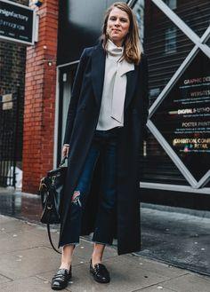 Look com calça jeans cropped e mocassim.