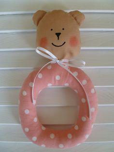Chrastítko medvídek Krásné, roztomilé ručně šité chrastítko, vhodné jako hračka pro děti. Je v něm všitá rolnička, která příjemně jemně chrastí :-). Velikost chrastítka je přibližně 19 cm. Než se dá hračka miminku do ruky, doporučuju rozvázat dekorační mašličku ! Je to krásný, originální dáreček třeba pro právě narozené miminko :-)