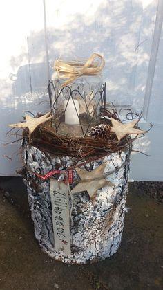 Rustikales Windlicht, auf einem Holzstamm. Den Stamm habe ich geweist und um das Windlicht Herzen aus Draht gebogen. Dekoriert ist das Ganze mit einem Holzschild und einem reisigkränzchen mit...