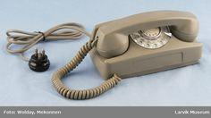 Form: Røret ligger over urskiven på langs. Landline Phone, Colors, Vintage, Colour, Primitive