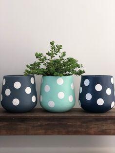 Painted Plant Pots, Painted Flower Pots, House Plants Decor, Plant Decor, Small Flower Pots, Diy Concrete Planters, Flower Pot Design, Beton Diy, Inside Plants