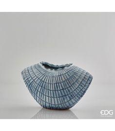 """VASO CHAKRA CON SQUAME Rimanda a visioni d'ambienti marini questo vaso elegante in porcellana, ideale per decorare la tua casa in stile """"sea cottage""""."""