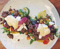 Ikke pænt billede men når jeg står med mad på tallerkenen rækker tålmodigheden ikke langt😅 hjemmelavet tacoskaller med oksekød, Guacamole, estragon mayonnaise, syltede rødløg, stegte løg, feta, grønt og salat. Perfekt søndags-hygge-mad🌮 #fisktacos #salad #fetaost #tacos #taco #fitfamdk #tortillas #tortilla #avokado #guacamole #skyr #salsa #lime #fishtaco #fishtacos