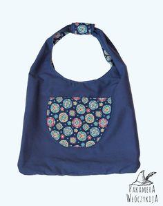 Dwustronna torba na ramię, oryginalna i niepowtarzalna! Granatowe płótno i kolorowy materiał z motywem kwiatów.  http://pakamera.wix.com/pakamera-wloczykija#!torba-granatowa-ludowa/cq8g