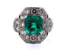 Ringweite: 53. Gewicht: ca. 8,7 g. WG 750. Dekorativer Ring mit zentralem, hochfeinem Smaragd im quadratischen Treppenschliff, ca. 3 ct, umrahmt von Brillanten,...