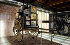 Carro con televisores en el museo Cannon, Guns, My Style, Tv Sets, Prehistory, Museums, Weapons Guns, Handgun, Shotguns