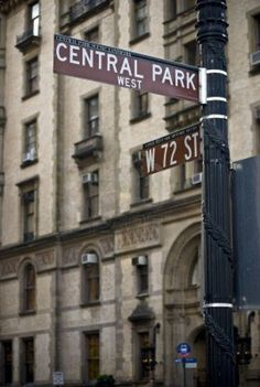 A street sign near the Dakota building on Central Park West in New York City Stock Photo Central Park, Nous York, Photographie New York, New York City, Photo New York, Manhattan, Shotting Photo, Dakota, A New York Minute