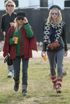 Sienna Miller y Poppy Delevingne. Mientras la actriz británica sacó su lado hipster, Poppy prefirió el mix: con diadema floral, bolso de inspiración peruana y botas navajo.