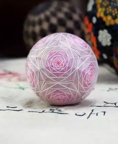 Easy Crafts, Diy And Crafts, Temari Patterns, Quilted Ornaments, Christmas Diy, Christmas Ornaments, Hand Wrap, Christmas Centerpieces, Tambour