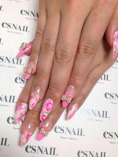 unhas decoradas com flores e lacinhos em tom rosa
