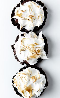 mini chocolate pudding pies with meringue topping