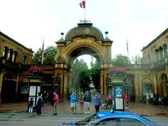 -Entrada principal parque atracciones Tívoli- el mas antiguo de Europa en Copenhague