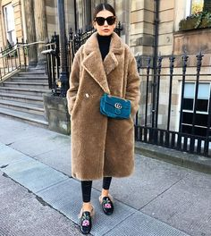 Teddy coat with gucci marmont velvet bag petrol blue Winter Fashion Outfits, Casual Winter Outfits, Autumn Fashion, Spring Outfits, Fashion Dresses, Outfit Instagram, Instagram Fashion, Peacoat Outfit, Gucci Marmont Bag