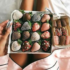 Cake with Chocolate Covered Strawberries . Cake with Chocolate Covered Strawberries . Chocolate Strawberry and Food Image Think Food, I Love Food, Good Food, Yummy Food, Tasty, Healthy Food, Healthy Heart, Healthy Eating, Healthy Recipes