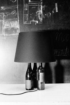 """""""Multipli Bottle Lamp"""" . Maison Martin Margiela . Candeeiro composto por três garrafas pretas ou brancas recicladas . Expressão de Eco.design característico da casa MMM aplicado ao design de produto na realização de um objecto de edição limitada para o país que tanto inspira a casa, o Japão. 2013"""