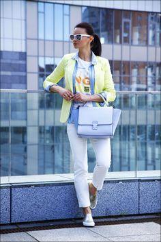 Ponte un blazer amarillo y unos pantalones pitillo blancos y te verás como todo un bombón. ¿Quieres elegir un zapato informal? Opta por un par de zapatillas slip-on plateadas para el día.
