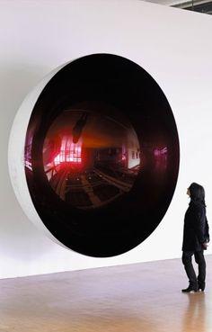 Anish Kapoor - todos miramos por ese gran agujero sin saber que asi tambien estamos siendo observados...